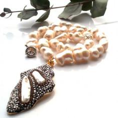 Colier perle biwa baroq , pandant pavat manual cu rhinestone cristale