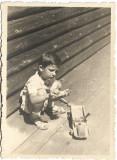 Copil cu camion de jucarie din lemn 1942