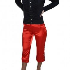 Pantalon rosu lucios, sistem de inchidere cu fermoar