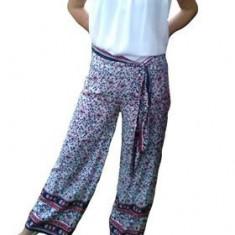 Pantalon salvar, foarte lejer, dispune de imprimeu mic pe fond alb