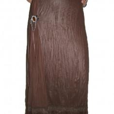 Fusta eleganta de culoare maro, cu accesoriu rotund tip brosa
