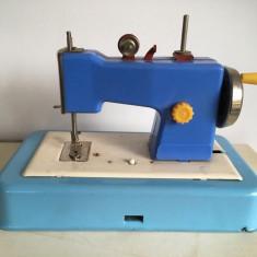 Masina de cusut Mirela jucarie romaneasca veche, comunism, galben cu rosu