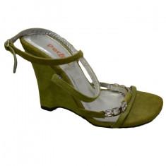 Sanda eleganta ,verde, pe talpa cu catarama de cristale mici