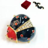 Brosa Buburuza auriu cu negru Vopsita manual si Cristale Swarovski