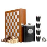 Set format din 4 piese: Caseta din lemn cu 4 pahare, sticla whiskey si joc sah,...
