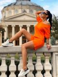 Compleu dama ieftin din bumbac portocaliu compus din pantaloni scurti si tricou cu un umar gol