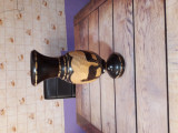 Vază din lemn lucrată manual.