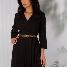 Rochie Sandra neagra cu decolteul petrecut si fusta plisata