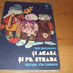 SI  ACASA  SI  PE  STRADA  ( 1979, carte pt. copii, f. rara, ilustrata color ) *