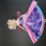 Papusa barbie, cu aripi si rochie speciala prin apasarea unui buton