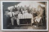 Barbati band bere la o terasa, cu lautari in fundal// foto tip CP 1937