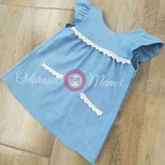 Rochita in bleu, bebelusi si fetite