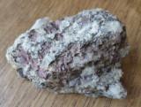 Roca cu insertii de rubin