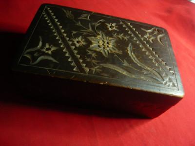 Caseta veche din lemn sculptata cu Flori de Colt , dim =14,6 x9,3 x5,3cm foto