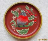 Farfurie decorativa cu Macaleandru.Pictura naiva pe disc din lemn nobil.