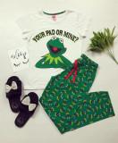 Pijama dama bumbac ieftina cu tricou alb si pantaloni lungi verzi cu imprimeu Frog