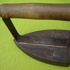 Fier de calcat vechi si masiv turnat din fonta