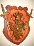 A409-Panoplie bronz cu sabii incrucisate coroana, lei si blazon regal.