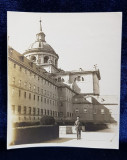 TANAR POZAND IN INTERIORUL MANASTIRII EL ESCORIAL DIN SPANIA , FOTOGRAFIE MONOCROMA , PE HARTIE SUBTIRE , CCA 1900