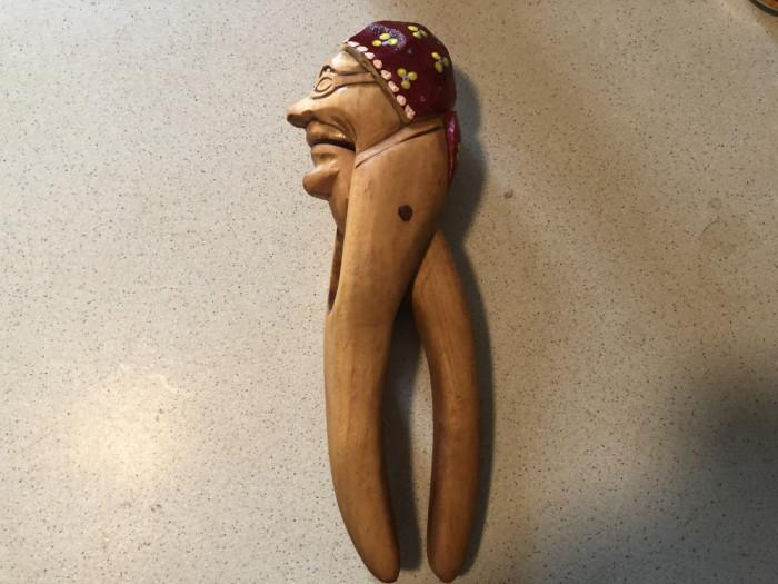 Spargator  rustic de nuci,alune,vechi german,din lemn sculptat si pict