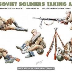 1:35 Soviet Soldiers Taking a Break - 5 figures 1:35
