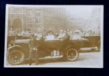 FOTOGRAFIE DE GRUP , IN MASINI DECAPOTABILE DE EPOCA , IN ORAS , FOTOGRAFIE TIP CARTE POSTALA , DATATA 1928