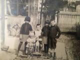 Foto veche, grup de copii cu jucarii, aprilie 1928, România, cal de lemn, păpușă