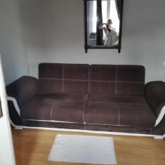 canapea maro cu alb
