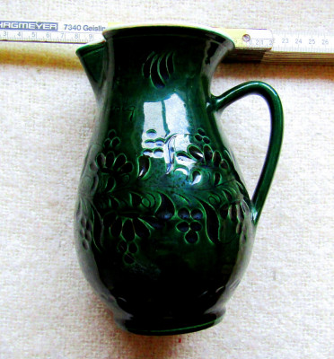Ceramica Mezőtúr.Canceu de vin sgrafitto caprifoi si mesaj despre vin.Vintage. foto