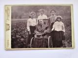 Fotografie veche, cartonata, Viena 1915: Domn in scaun cu rotile, si familia