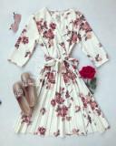 Rochie eleganta ieftina plisata alba cu imprimeu floral si maneci trei sferturi