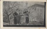 Curte moschee Ada Kaleh 1938 trei femei tinere