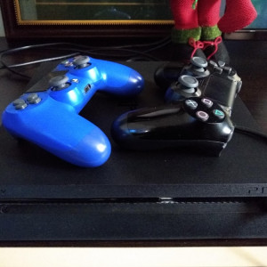 PlayStation 4 1TB Slim + 2 manete + 2 microfoane + 55 jocuri + cont online