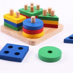 Jucarie din lemn educativa coloane sortator de forme geometrice si culori: galben albastru verde rosu