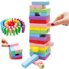 Turnul instabil Jenga , cuburi din lemn colorate , joc de societate.