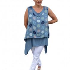 Bluza trendy, asimetrica cu buline, pe fundal albastru