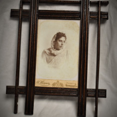 Rama foto veche din lemn cca. 1900 cu fotografie cabinet pe carton