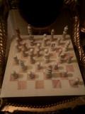 Șah antic cu pioni și tabla din marmură